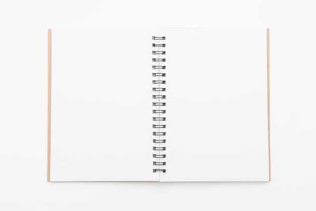Caderno em branco sobre fundo branco