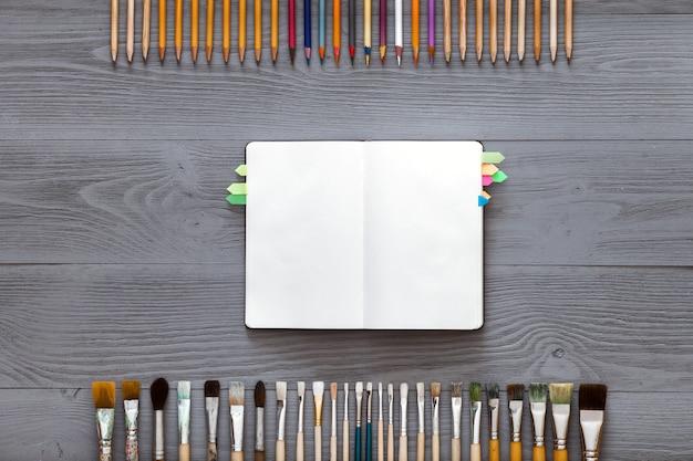Caderno em branco sobre fundo cinza de madeira