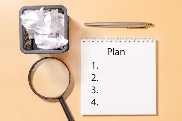 Caderno em cima da mesa com plano de inscrição. conceito de planejamento.