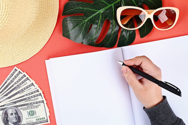 Caderno em um fundo coral. conceito de verão. preparando-se para férias.