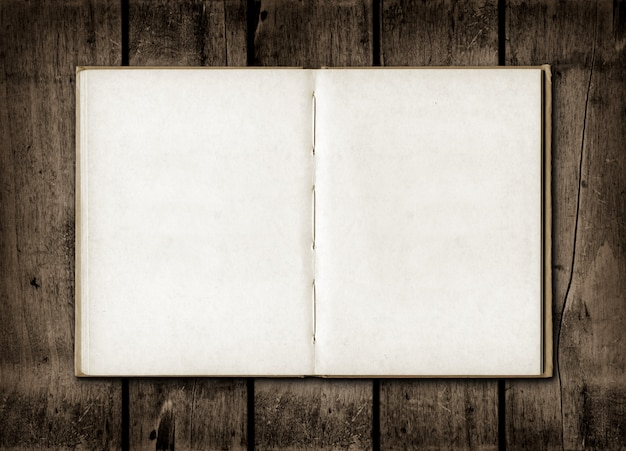 Caderno em um fundo escuro de madeira