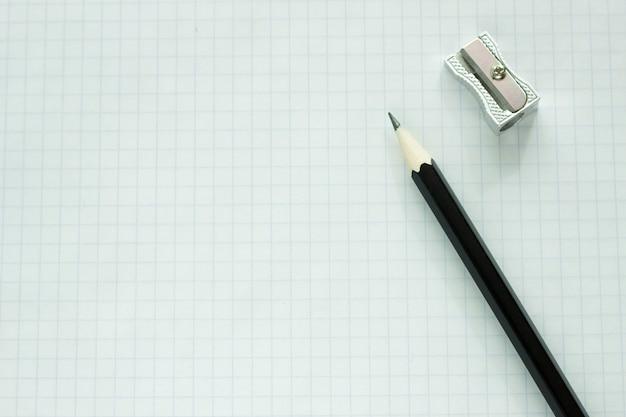 Caderno em uma gaiola com um close-up de lápis, em branco para o designer, plano de negócios