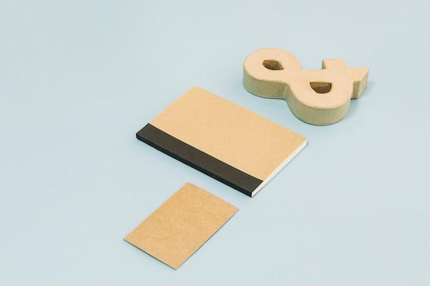 Caderno entre cartão de papel e e comercial