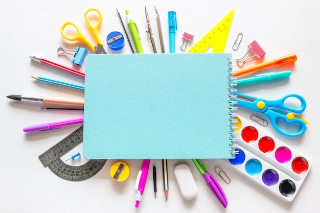 Caderno escolar e vários acessórios para estudo
