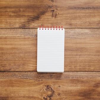 Caderno escolar em um fundo de madeira rústico