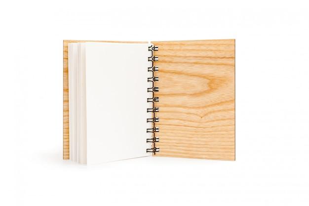 Caderno espiral aberto com tampa de madeira maciça isolado