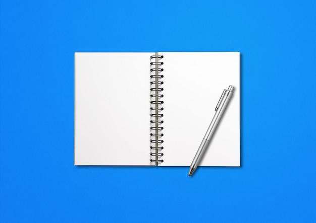 Caderno espiral aberto em branco e caneta isolado em fundo azul