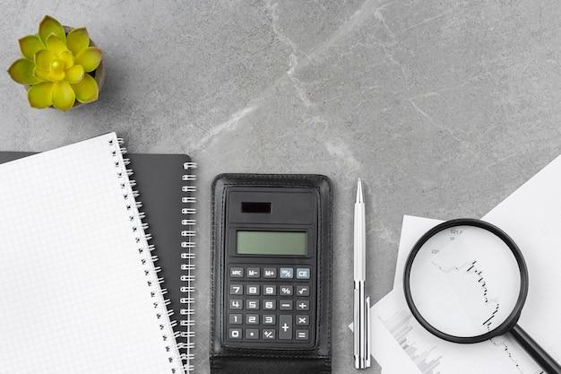 Caderno espiral com calculadora na mesa do escritório