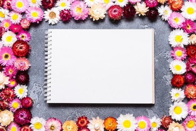 Caderno espiral com decoração de flores