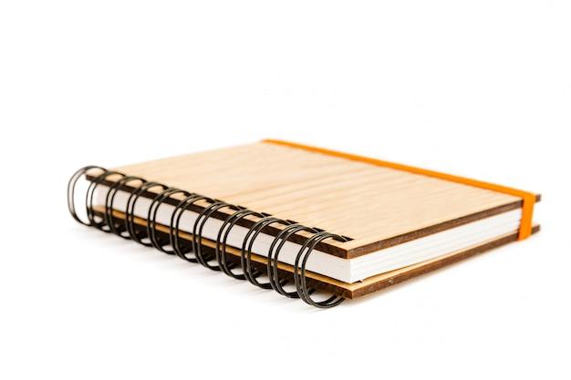 Caderno espiral de bolso com tampa de madeira maciça isolado