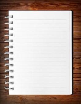 Caderno espiral de papel de fundo em branco isolado no branco