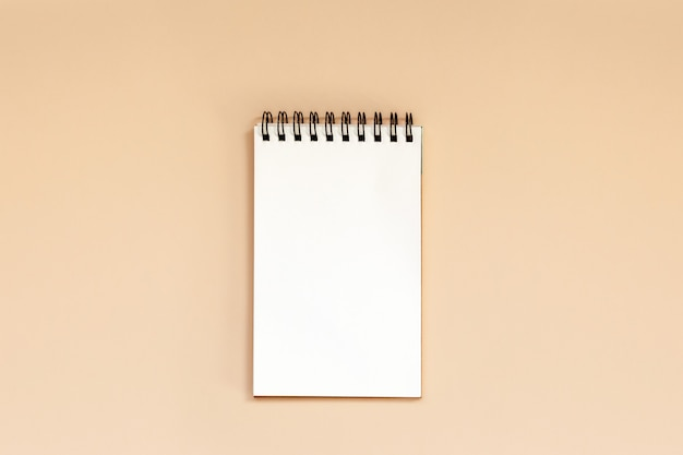 Caderno espiral em branco na tabela.