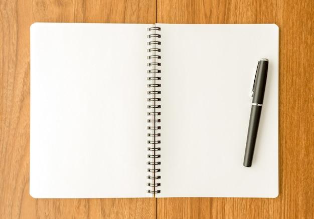 Caderno espiral na superfície de madeira