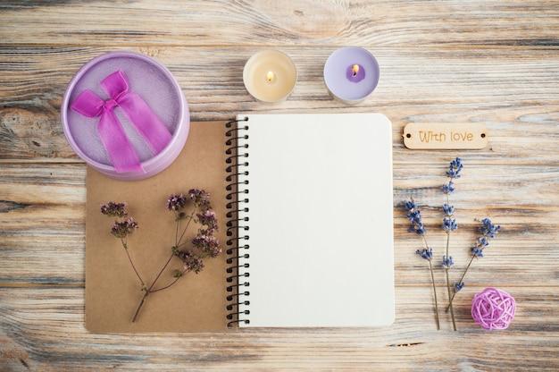 Caderno, flores de lavanda, velas
