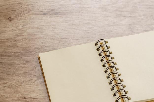 Caderno kraft vazio na mesa de madeira