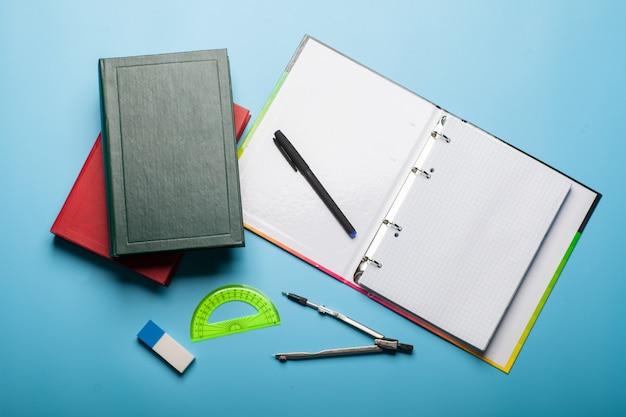 Caderno, livros, caneta e regra, conceito de educação isolado