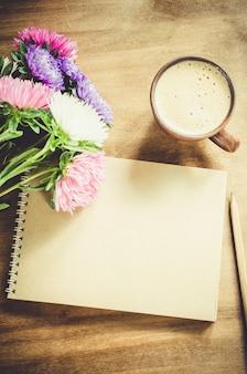 Caderno marrom em branco com flores de outono.