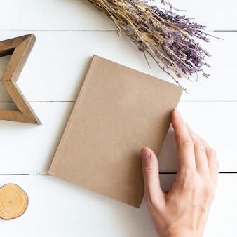 Caderno marrom, flores secas e estrela