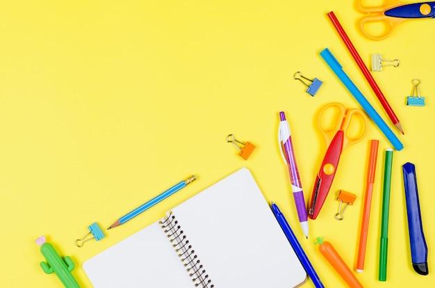 Caderno, material escolar azul e lilás no fundo