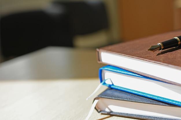 Caderno na capa e na caneta do desktop
