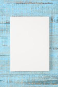 Caderno na mesa de madeira azul