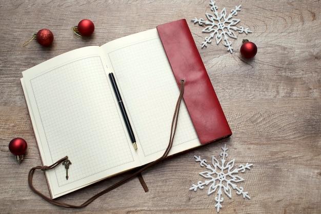 Caderno na mesa de madeira com espaço de cópia para anotações, fundo de resolução de ano novo.