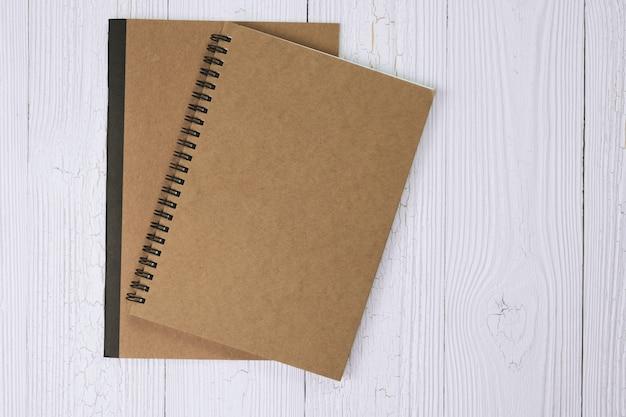 Caderno na vista superior de mesa de madeira
