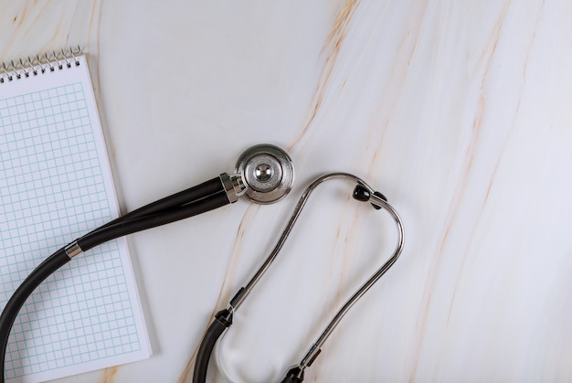 Caderno no estetoscópio de equipamento médico de medicina