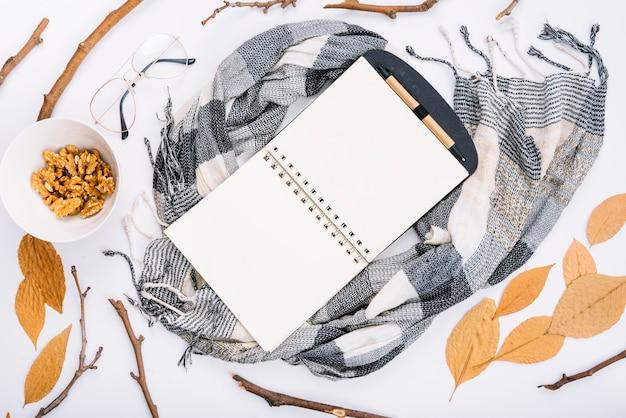 Caderno no lenço perto de nozes