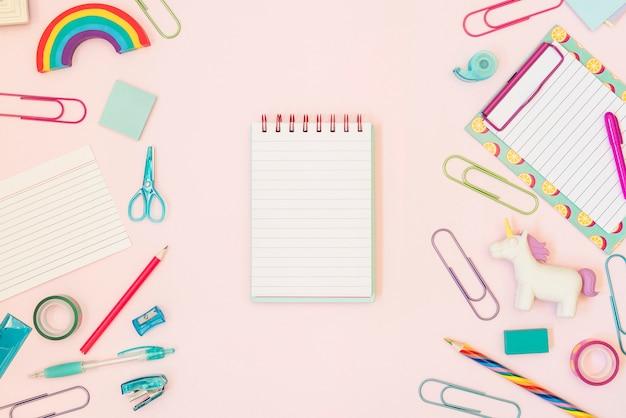 Caderno para texto com material escolar