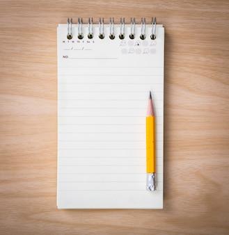 Caderno pequeno com um lápis