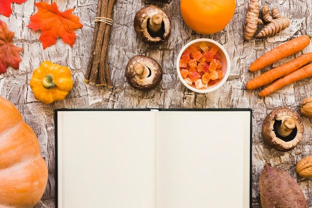 Caderno perto de comida de outono