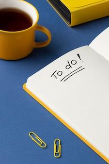 Caderno plano com lista de tarefas na mesa