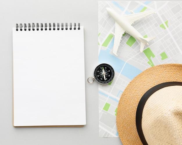 Caderno plano e arranjo de chapéu