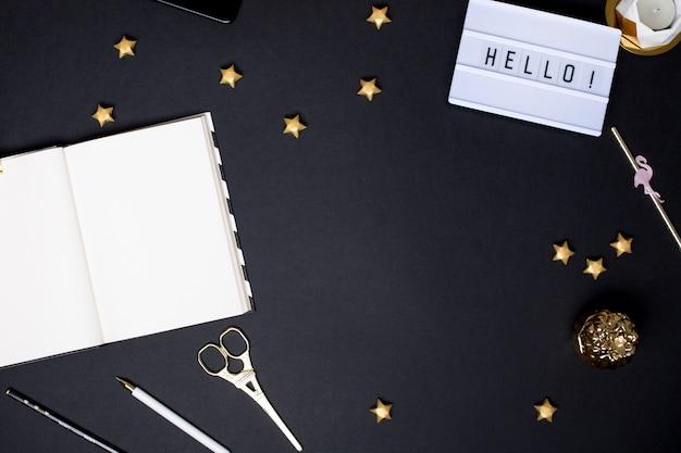 Caderno sobre uma mesa preta com detalhes em ouro