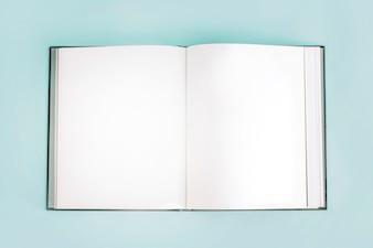 Caderno vazio aberto