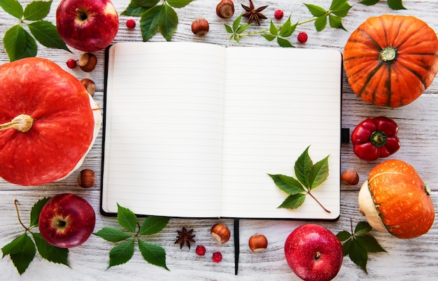 Caderno vazio com abóboras
