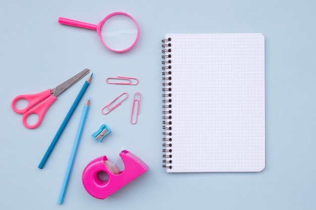 Caderno vazio com belos elementos para voltar para a escola sobre fundo azul claro