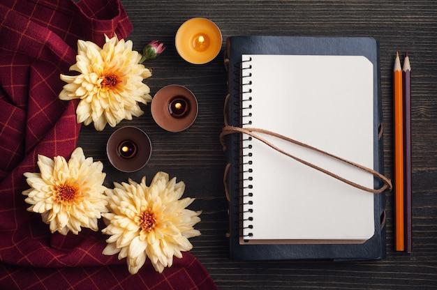 Caderno vazio com crisântemo selvagem