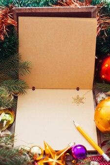 Caderno vazio com floco de neve dourado, moldura de natal