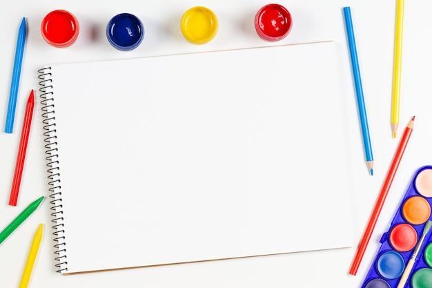 Caderno vazio com material de arte