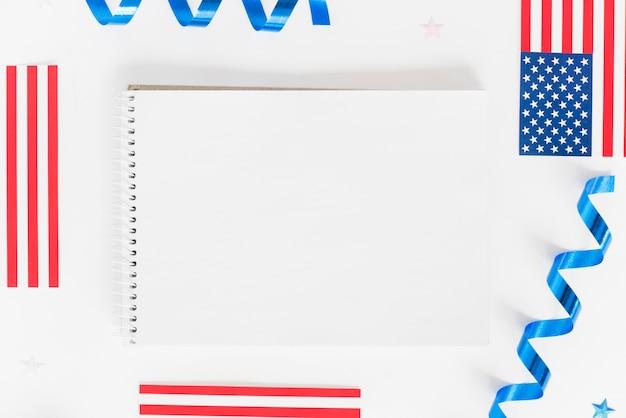Caderno vazio com pequenas bandeiras dos eua