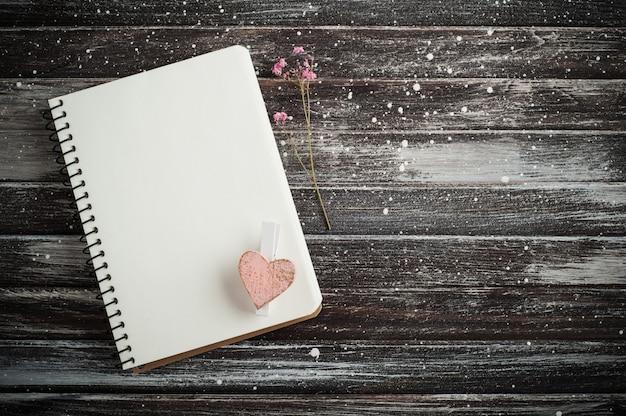 Caderno vazio, coração rosa