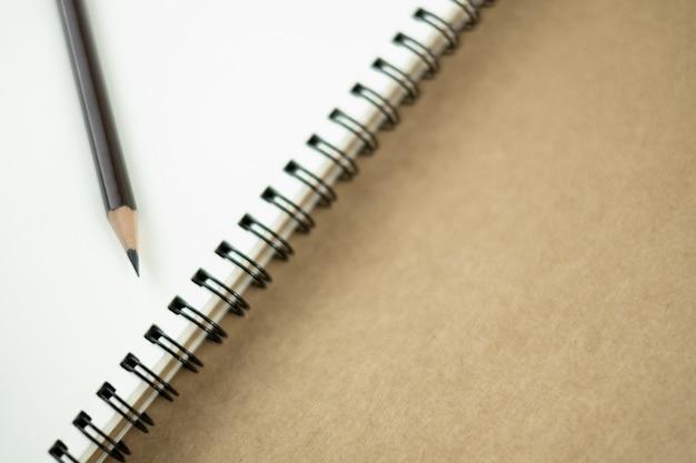 Caderno vazio e lápis