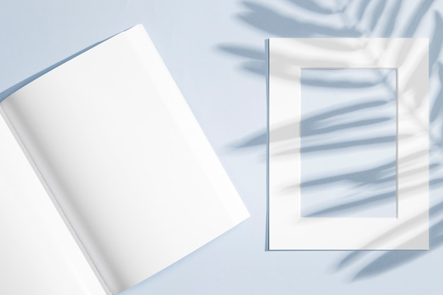 Caderno vazio e moldura com sombras de folhas