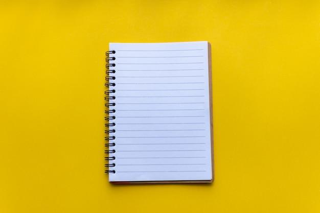 Caderno vazio em amarelo