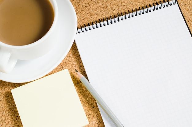 Caderno vazio, notas em branco e café