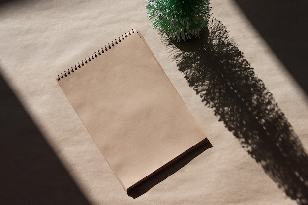 Caderno vazio para desejos, objetivos ou lista de tarefas. conceito mínimo de natal.