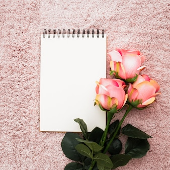 Caderno vazio romântico com rosas