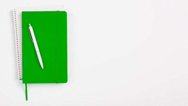 Caderno verde de vista superior com fundo branco